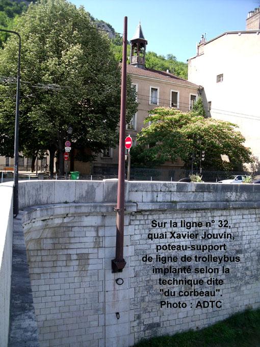 Poteau de la ligne de trolley quai Xavier Jouvin.