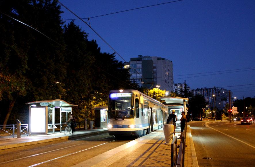 Un tram A refoulé à l'arrêt Malherbe.